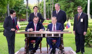 1994. Septiembre, 6. Encuentro con el presidente de Colombia, Ernesto Samper, en la residencia presidencial La Casona.