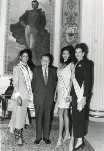 1994. Septiembre, 6. Visita a Miraflores de las finalistas del certamen Miss Venezuela.