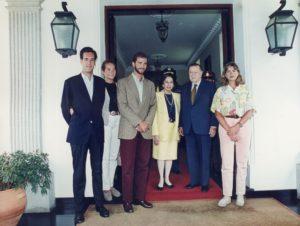 1995. Agosto, 25. Visita del Príncipe de Asturias y sus hermanas las Infantas Elena y Cristina en la residencia presidencial La Casona.