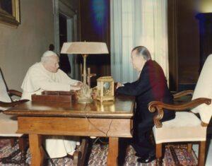1995. Mayo, 5. Audiencia privada con SS Juan Pablo II en El Vaticano, Roma, con motivo de la beatificación la Madre María de San José.