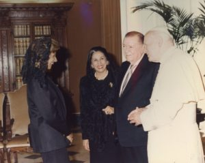 1995. Mayo, 5. Audiencia privada con SS Juan Pablo II en El Vaticano, Roma. Saludo de Alicia y su hija Mireya.