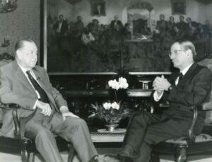 1995. Noviembre, 27. Programa Impacto con Edgardo De Castro en La Casona. Al fondo, el cuadro de Tito Salas Los Causahabientes.