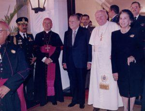 1996. Febrero. 9. Alicia Pietri de Caldera con Juan Pablo II a la salida de su visita a La Casona.