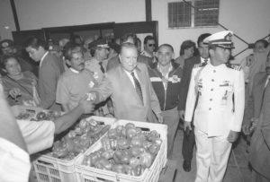 1996. Marzo, 2. Inauguración del mercado popular del barrio El Limón en la carretera Caracas-La Guaira.