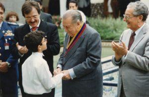 1996. Noviembre, 6. Concierto en el patio de Miraflores de la Orquesta Sinfónica Infantil de Venezuela. Saluda en compañía de Asdrúbal Aguiar y José Guillermo Andueza.