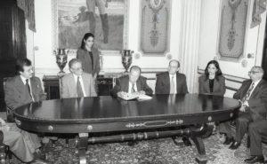 1997. Diciembre, 30. Firma de la Ley de Seguridad Social, producto del convenio tripartito. Palacio de Miraflores.