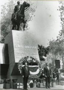 1997. Febrero, 6. Ofrenda floral ante la estatua de El Libertador Simón Bolívar en la visita oficial a México.