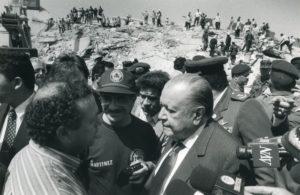 1997. Julio, 10. En el terremoto de Cariaco, estado Sucre, con el gobernador Ramón Martínez.