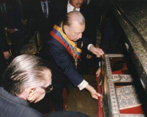 1997. Julio, 5. Apertura del Acta de la Independencia en el Salón Elíptico del Congreso Nacional. Lo acompaña Marcos París del Gallego.