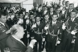1997. Julio, 8. Brindando con alfereces graduados de la Escuela de aviación militar, acompañado del general Juan Ignacio Paredes Niño.
