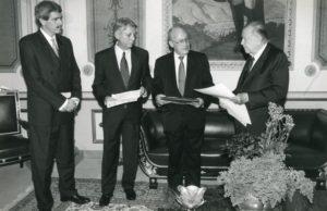 1997. Junio. Erwin Arrieta y Luis Giusti hacen entrega en Miraflores del informe sobre la apertura petrolera.