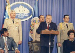 1997. Mayo, 22. Firma de la Ley aprobatoria de la Convención Interamericana contra la corrupción. Lo acmpañan Cecilia Sosa Gómez y Cristóbal Fernández Daló.