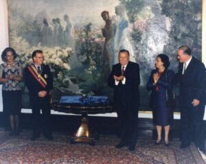1997. Noviembre, 11. Imposición del Collar de la Orden de El Libertador al presidente de Portugal, Jorge Sampaio. Acompañan la señora de Sampaio y el canciller Miguel Angel Burelli.