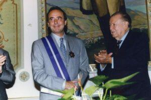 1997. Noviembre, 17. Imposición de la orden Andrés Bello al cantautor Joan Manuel Serrat en el Palacio de Miraflores.