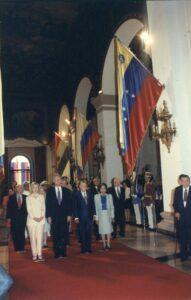 1997. Octubre, 13. Entrando al Panteón Nacional con Hillary y William J. Clinton, en su visita oficial a Venezuela.