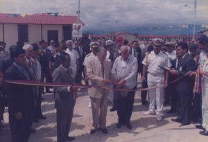 1997. Octubre, 28. Fundación de Ciudad Sucre . Despeje de cinta, acompañado por Pompeyo Márquez y José Montilla.