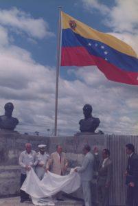 1997. Octubre, 28. Fundación de Ciudad Sucre. Izamiento de bandera, acompañado por José Guillermo Andueza, Tito Rincón, Pompeyo Márquez y José Montilla.