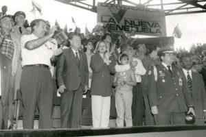 1998. Acto de Convergencia en Barquisimeto. A su lado su hijo Juan José y su nuera Diana.