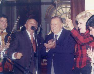 1998. Enero, 24. Celebrando en Miraflores su cumpleaños con Mirla Castellanos y Simón Díaz cantando Caballo viejo.
