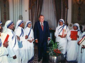 1998. Enero, 9. En Miraflores, con la Madre Nirmala, sucesora de la Madre Teresa de Calcuta y Hermanas de la Caridad.