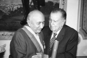 1998. Julio, 17. Imposición de la Orden del Libertador a Simón Díaz en el Palacio de Miraflores