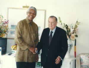 1998. Julio, 4. Encuentro con el presidente de Sudáfrica Nelson Mandela en el marco de una sesión especial del CARICOM en Santa Lucía.