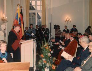 1998. Marzo, 18. Doctorado Honoris Causa de la Universidad de Bonn Friedrich Wilheim, Alemania.