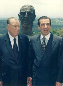1998. Mayo, 9. Con Eduardo Frei Torre-Tagle ante el busto de Eduardo Frei Montalva en la Universidad para la paz, Costa Rica.