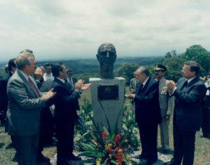 1998. Mayo, 9. Inauguración de un busto del ex presidente Eduardo Frei Montalva en la Universidad para la Paz, Costa Rica.
