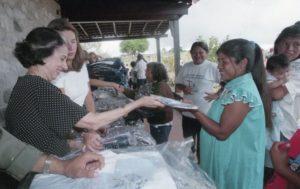1998. Abril, 9 al 12. Tradicional intercambio de regalos con las comunidades indígenas de la Gran Sabana.