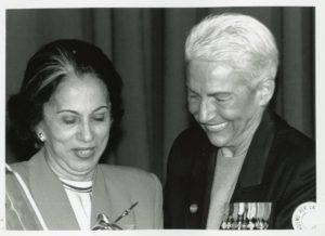 1995. Mayo, 8. Al recibir en Roma la distinción Mujer por la Paz.