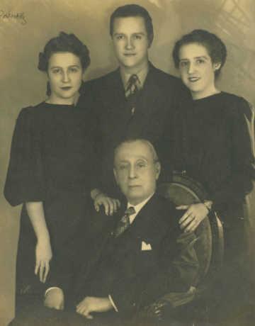 Rafael Caldera - 1939. Abril, 25. Rafael Caldera (padre) con sus hijos Rosa Helena, Rafael y Lola.