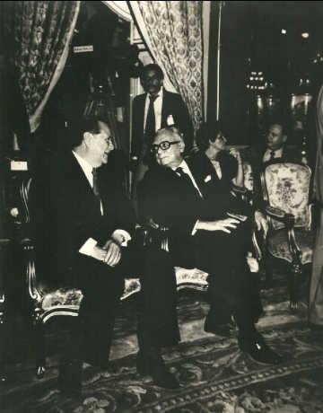 Rafael Caldera - 1975 Agosto 29. Conversando con Rómulo Betancourt en el acto de la firma de la Ley de Nacionalización Petrolera en el Salón Elíptico