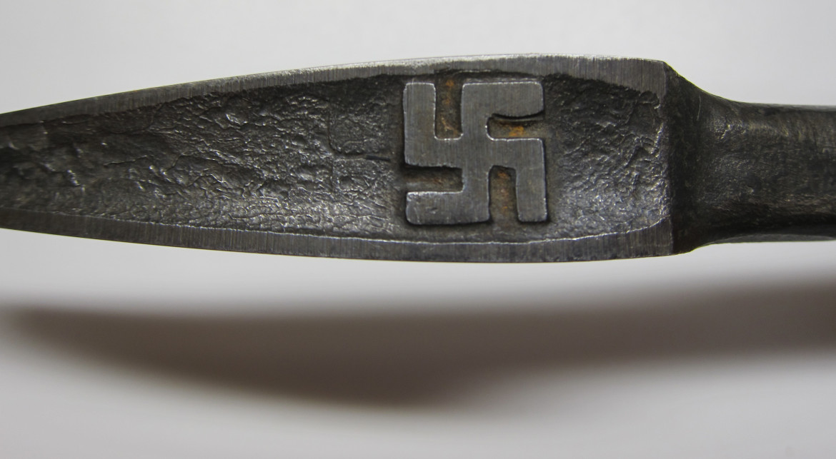 The flip side of the bearing scraper head displays this svastika (I'm deliberately using the Sanskrit version to identify these pre-Nazi era symbols.