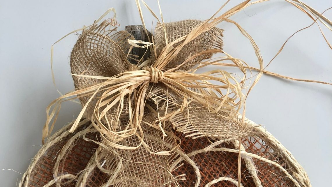 Rustic way to tie your bow. Ruffia is a must! Perfect combination for your fall decor #fall #fallwreath #fallbow #bowdiy #bows #howtotieabow