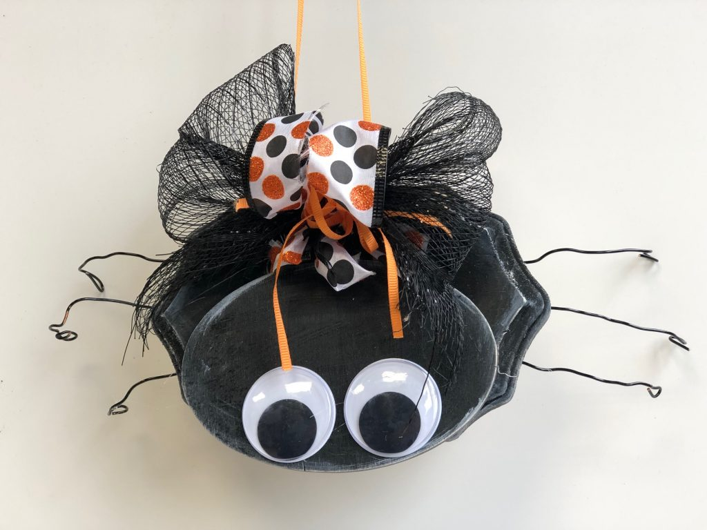 Cutest wooden spider ever with polka dot bow ! Easy to follow instructions