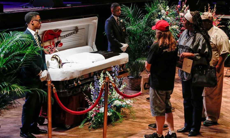 Familia y fans dan último adiós al legendario Chuck Berry