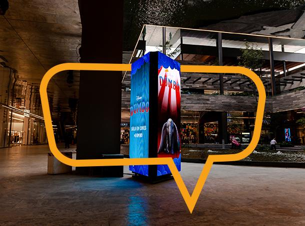 Publicidad en Torre con pantalla en Plaza Satélite, Mex.
