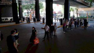 Realizan largas filas para ingresar a plazas comerciales en CDMX