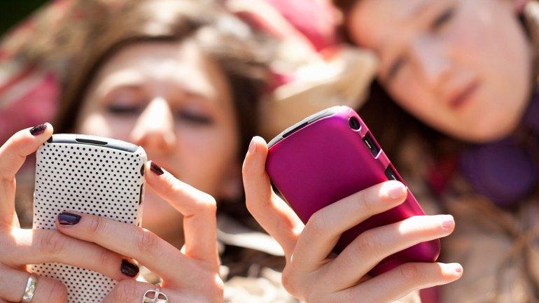 Adolescentes usando WhatsApp… ¿debemos preocuparnos?