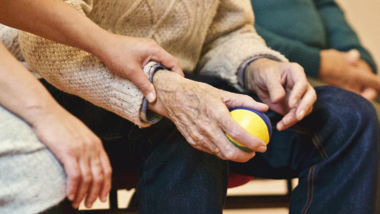 Ejercicios para personas mayores: cómo mantenerse activos durante la cuarentena