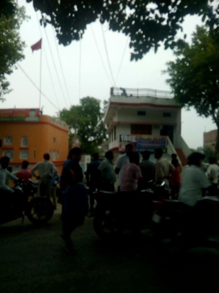 माफी पिपरा गांव में बिजली के तार उतारते मजदूर