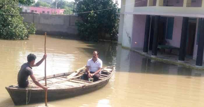 बेलहरी ब्लाक के पोखरा गांव में बिना नाव के गुजारा करना मुश्किल हो गया है (फोटो - अमित सिंह)
