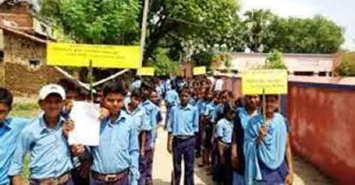 शुक्रवार को सिकंदरपुर में मतदाताओं को जागरूक करते स्कूली बच्चे