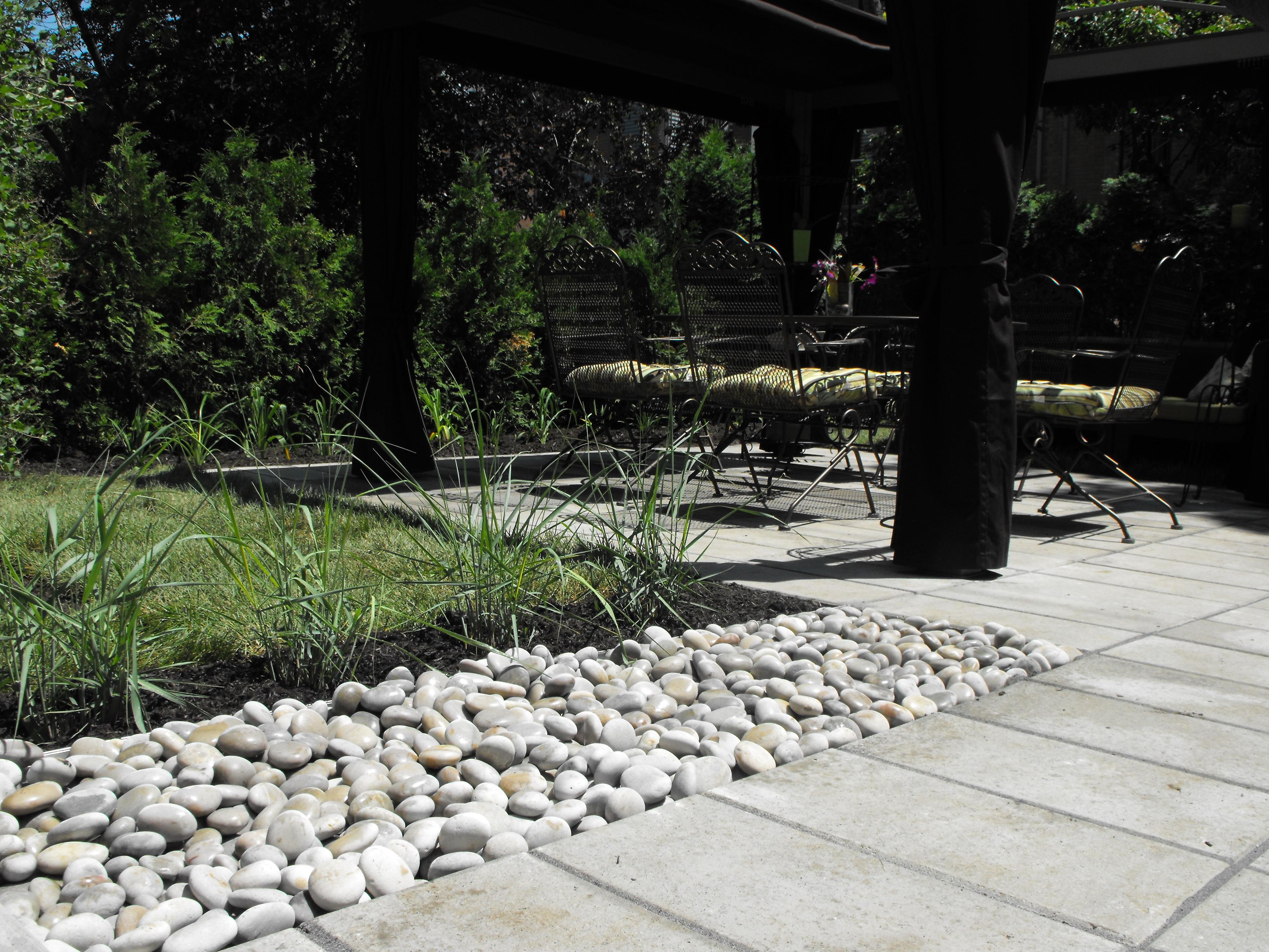Terrasse salle à manger extérieure avec dalle 12 ''x 24'' royale de techo bloc et galet décorative stone