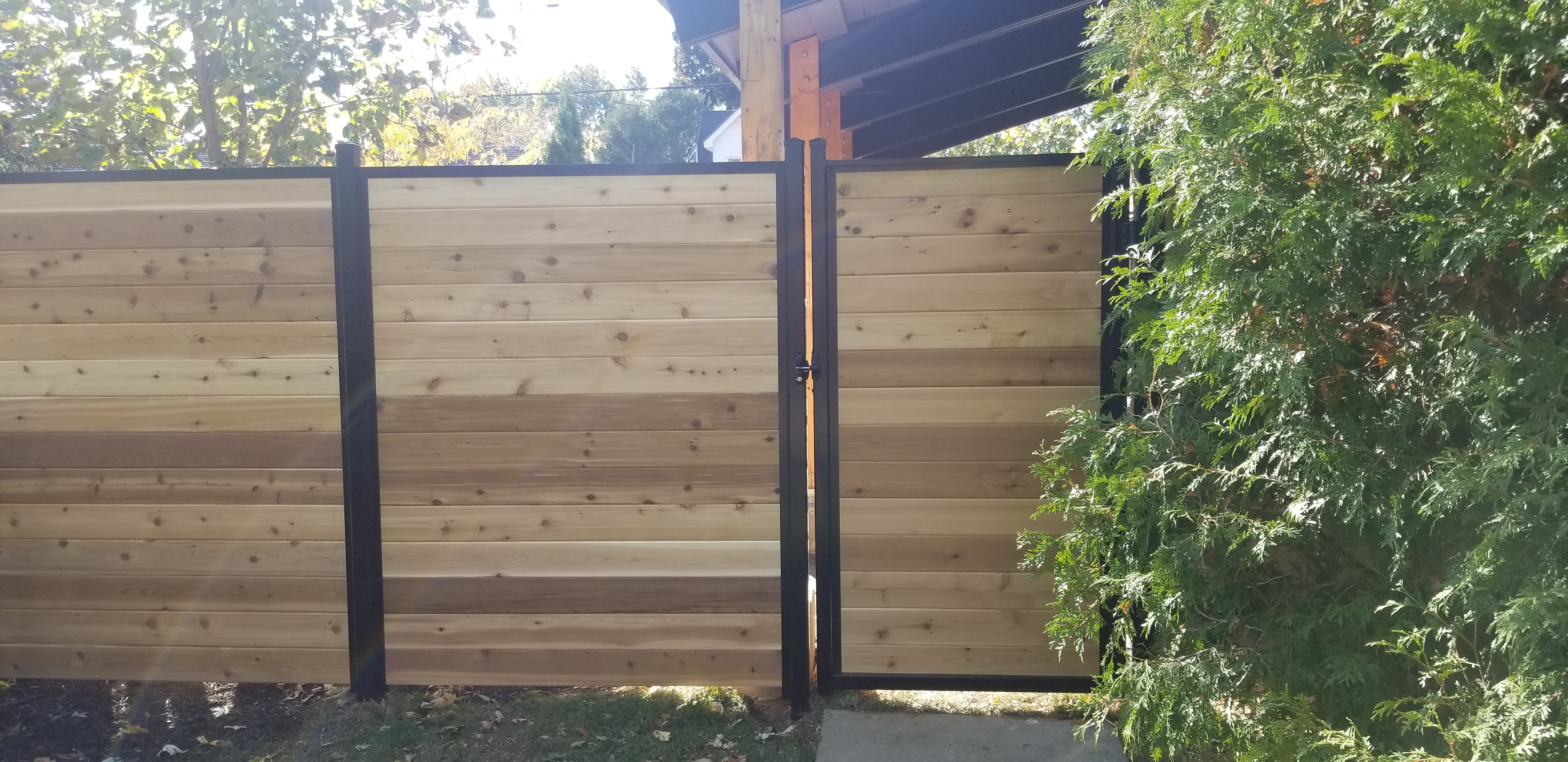 panneau de clôture en cèdre rouge avec poteau en aluminium noir sur mesure