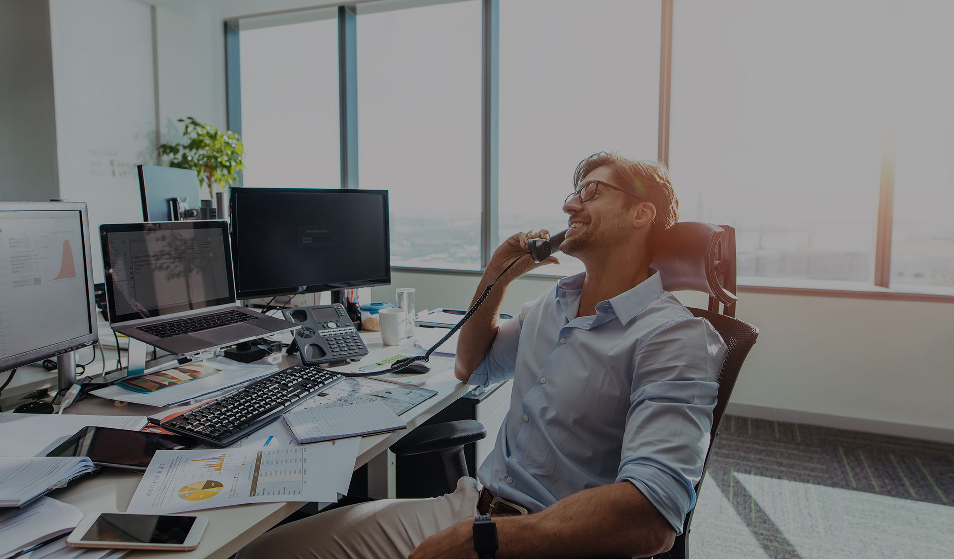 A business man using Cloudtalk at his desk.