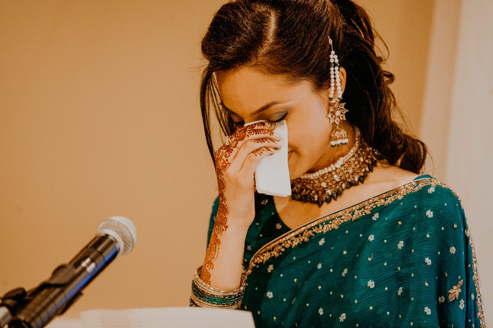 Sister of bride makes speech at Indian wedding