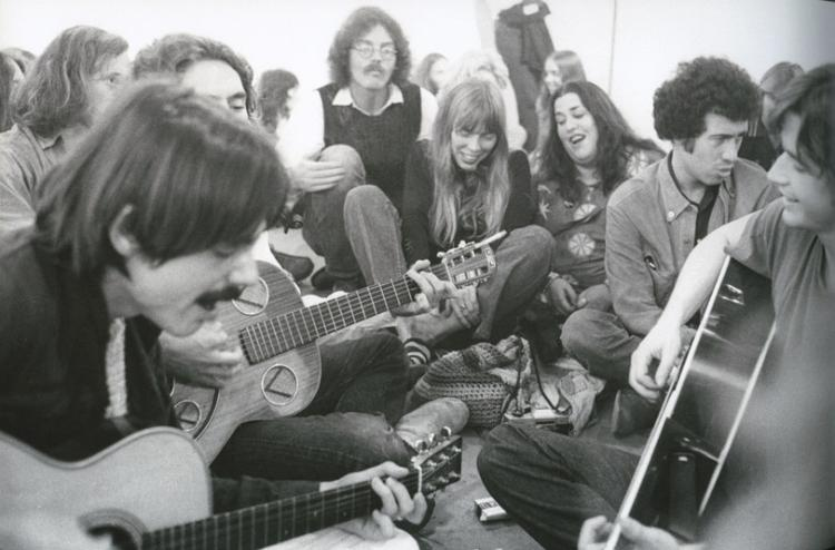 Jackson Browne (left_ leads a singalong at Boyd Elder's 'Chingadero Show.' Photo: Henry Diltz.