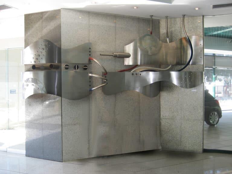 בתנועה, קיר פיסולי, נירוסטה, בית צרפת, תל אביב, , 1997